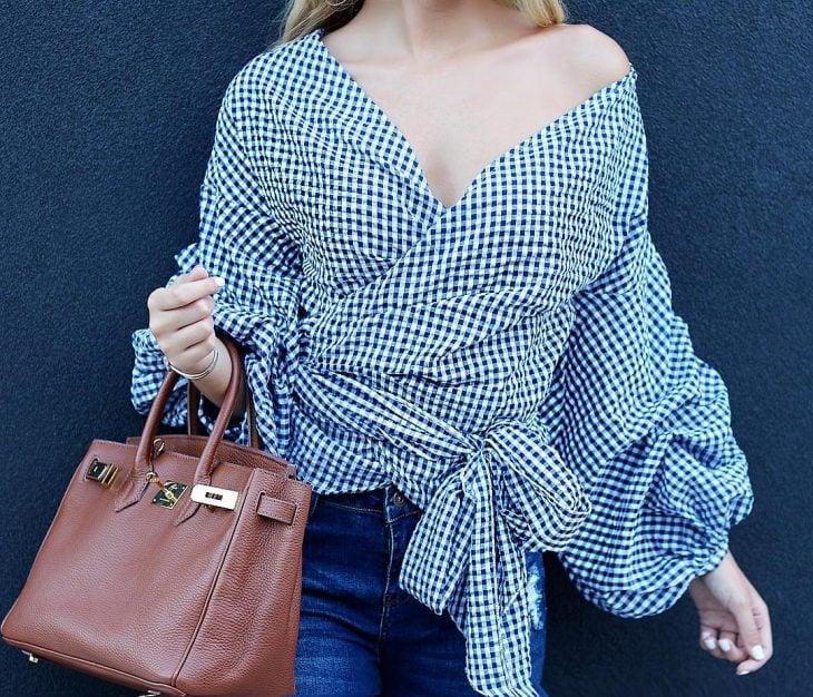 mujer con blusa con patron de cuadros