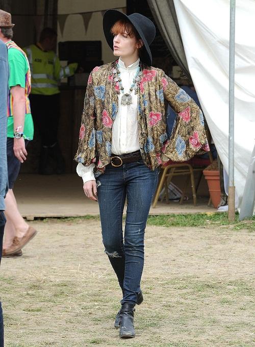 Florence Welch vaqueros azules blusa blanca cazadora bordada