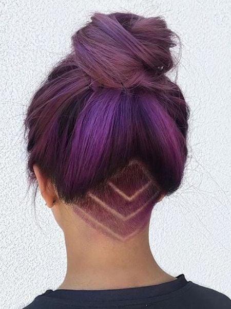 cabello corto morado con rayos violetas