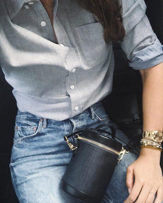 mujer con camisa de botones y jeans