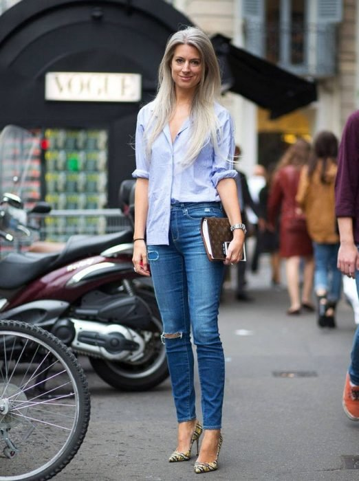 mujer rubia con jeans y camisa fajada