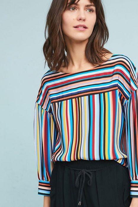 mujer con blusa de rayas de colores