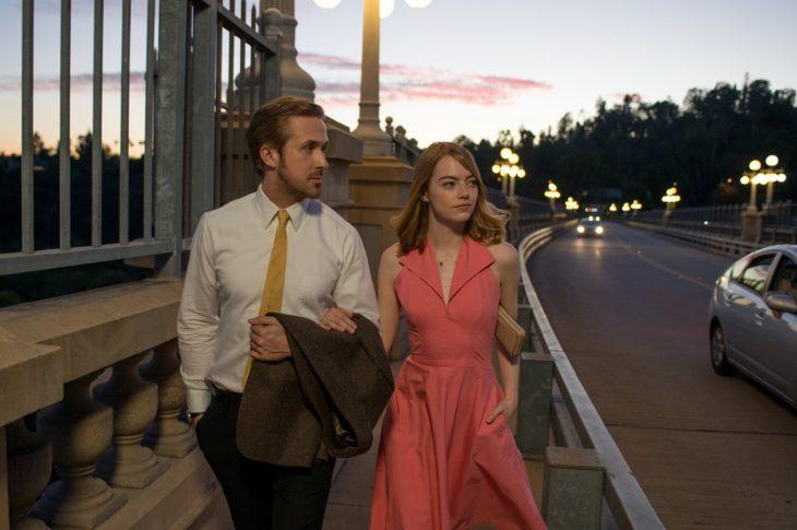 Emma Stone caminando junto a ryan gosling en la película la la land