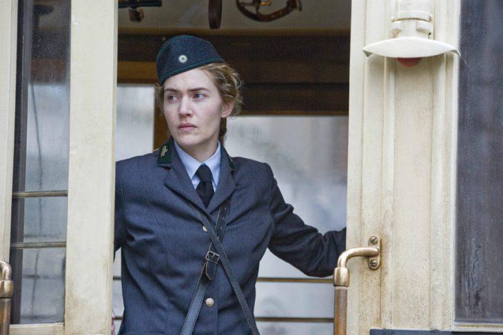 Kate Winslet actuando en una película vestida de militar