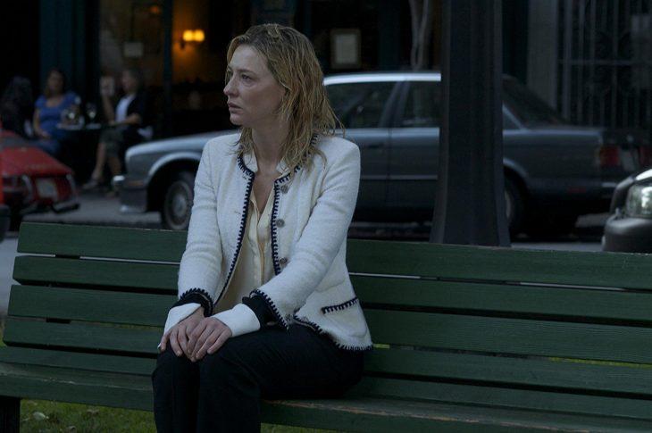 CCate Blanchet actuando mientras está sentada en una banca