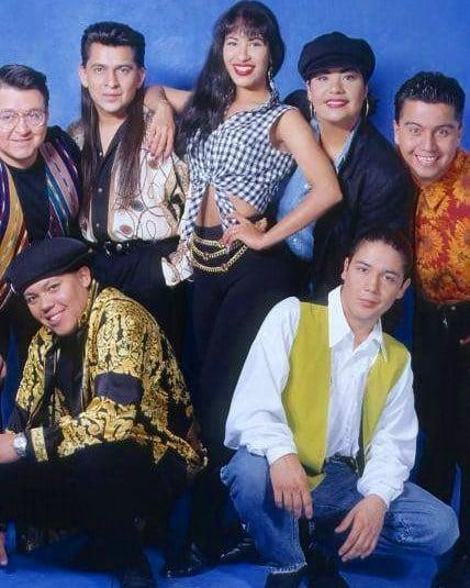 Selena Quintanilla posando junto a sus hermanos y esposo