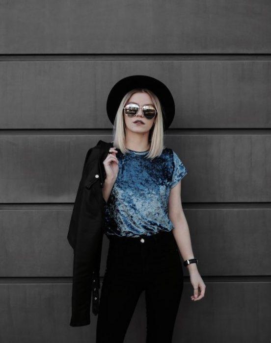 chica usando blusa de terciopelo color azul