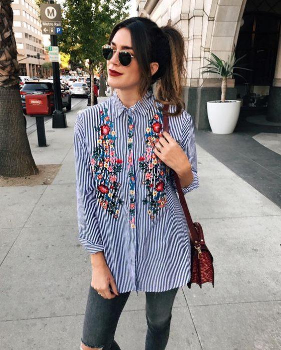 chica con blusa de tela de vestir y bordado de flores