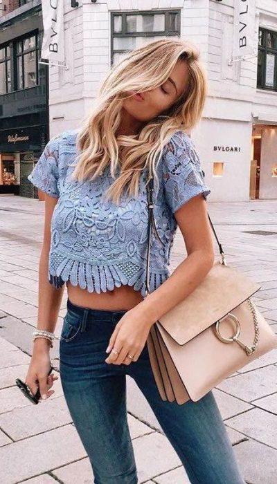 chica usando blusa de color azul con bordados
