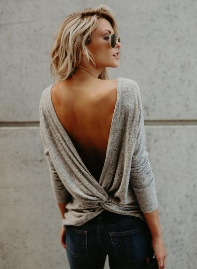 chica usando blusa de color gris y espalda abierta