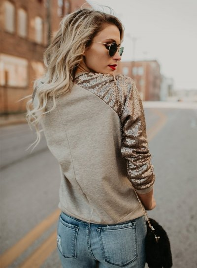 chica usando una blusa con mangas en color dorado