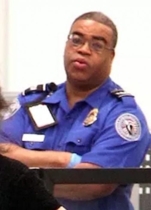 Policia viendo como Camilla Cabello posa para los paparazzis