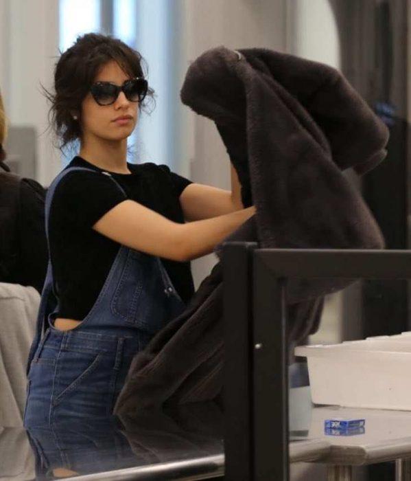 Camilla Cabello en el aeropuerto de los Angeles posando para los paparazzis