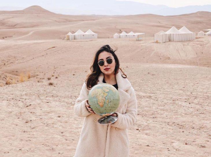 chica en medio del desierto