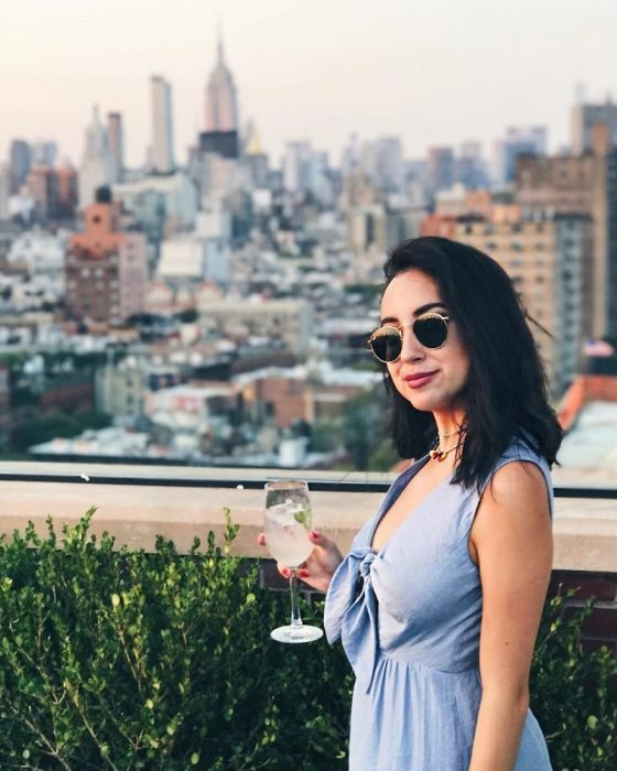 chica bebiendo una copa de vino blanco