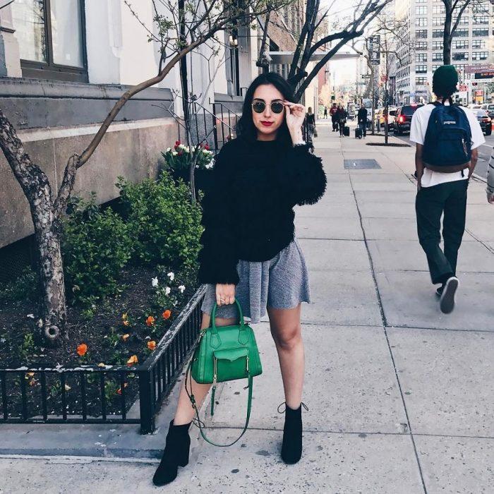 chica sosteniendo una bolsa de color verde