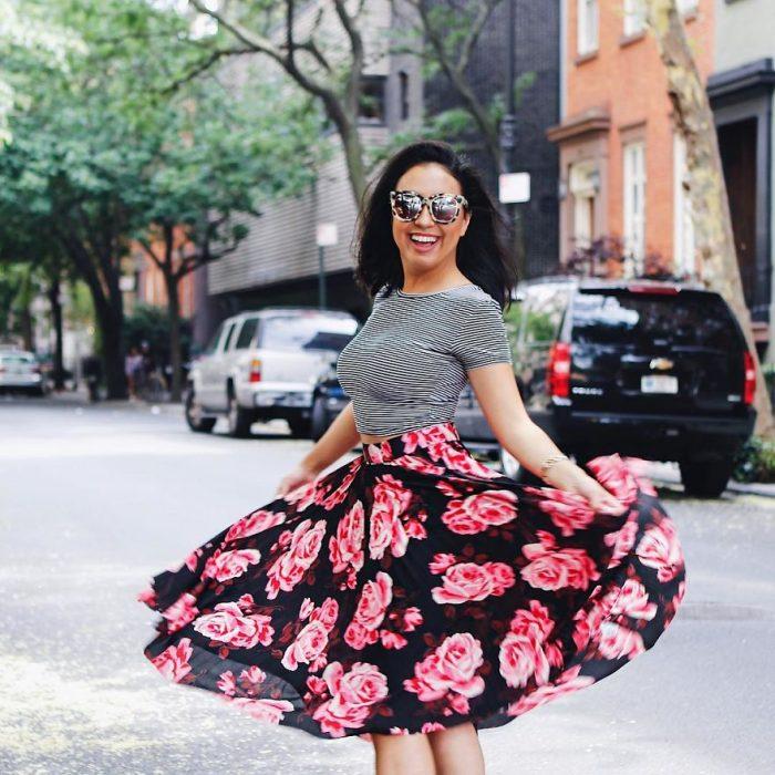 chica girando para mostrar su falda a flores