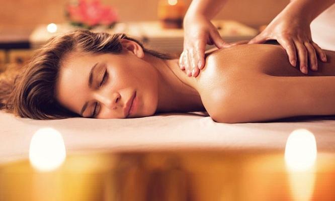chica en una sesión de masajes