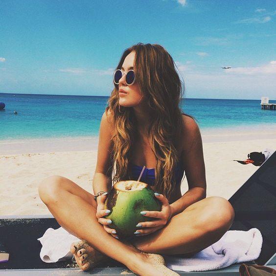 chica tomando agua de coco