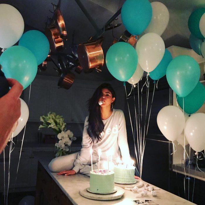 chica comiendo pastel en su cumpleaños