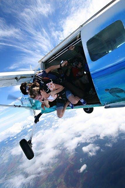 chica saltando de un paracaidas