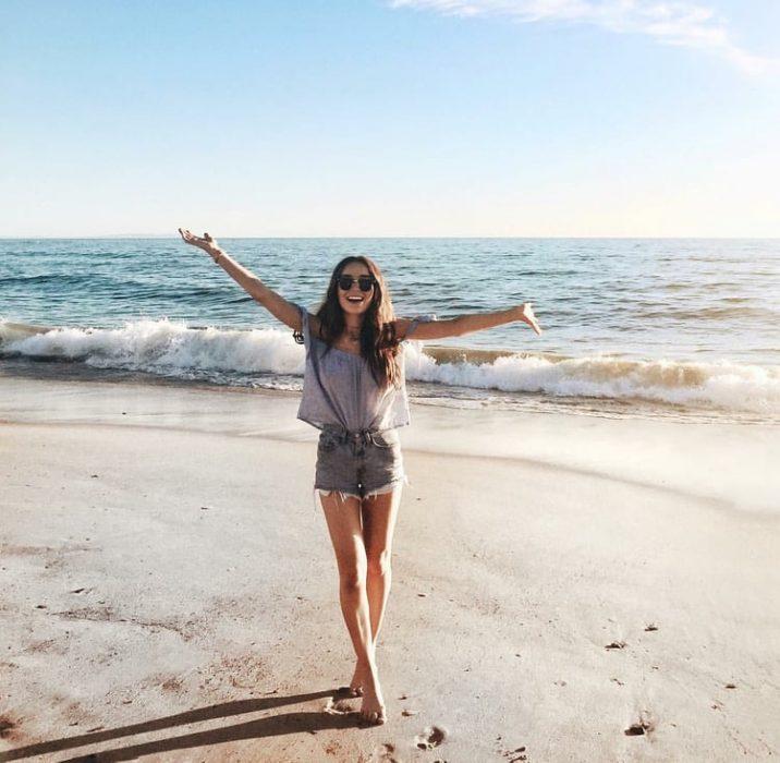 chica paseando en la playa