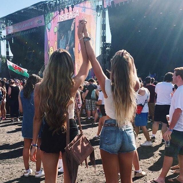 chicas viendo un concierto