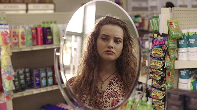chica frente al espejo viendo su rostro