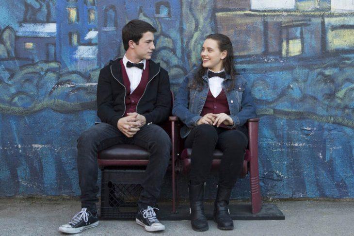 pareja de novios con uniformes escolares