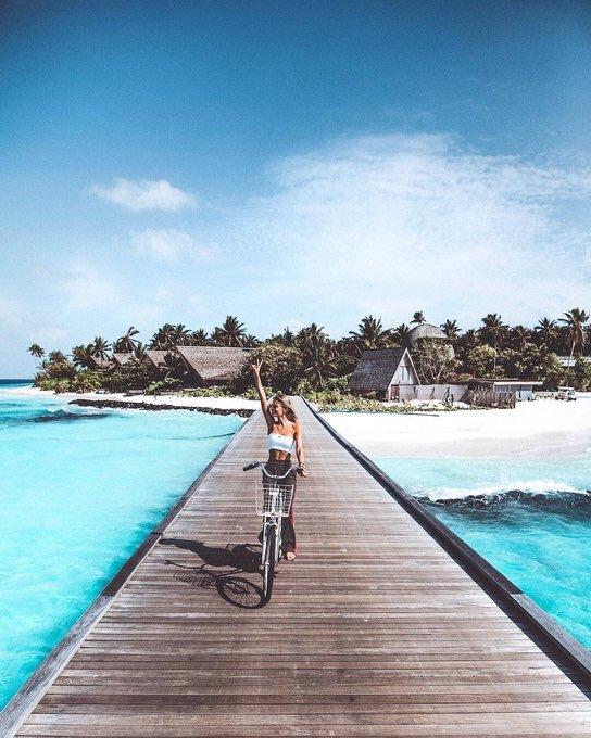 chica viajando en bicicleta