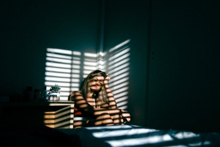 chica escondida en su habitación