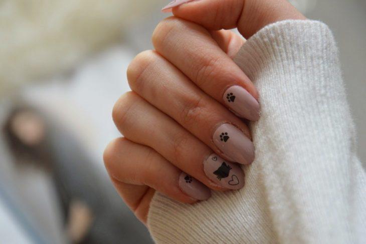 uñas pintadas en tonos nude