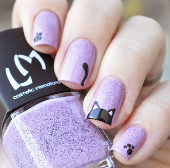 uñas pintadas en color violeta