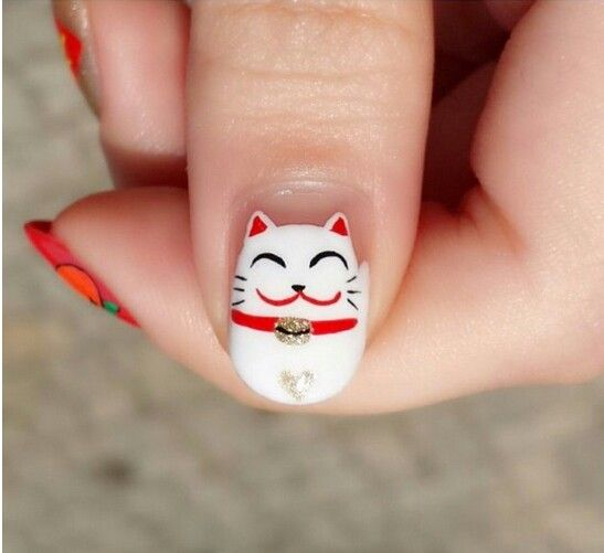 uña decorada con la figura de un gato