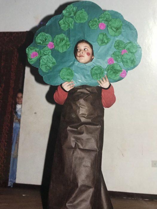 niño con disfraz de árbol