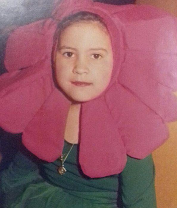 niña disfrazada de flor rosa