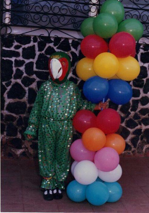 niño disfrazado de perico