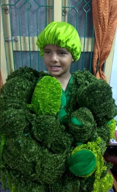 niño disfrazado de broccoli