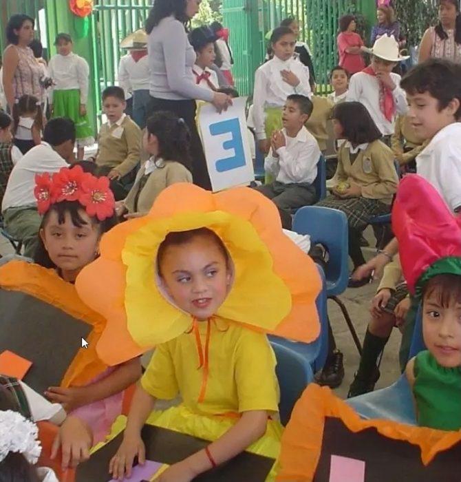 niña vestida de amarillo