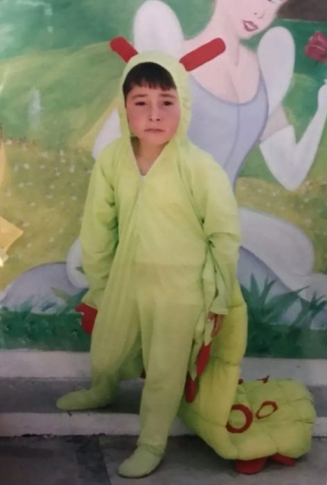 niño con mameluco verde