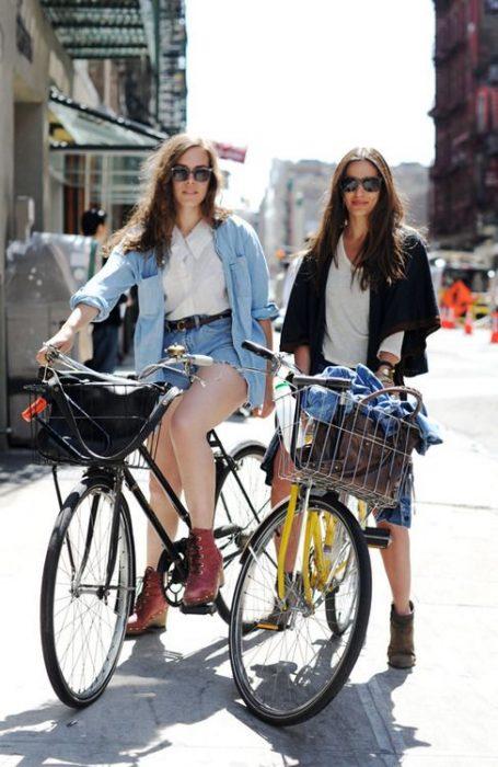 chicas paseando en bicicleta
