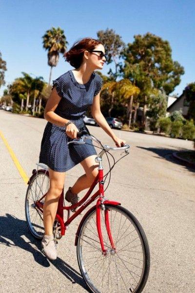 chica paseando en su bicicleta