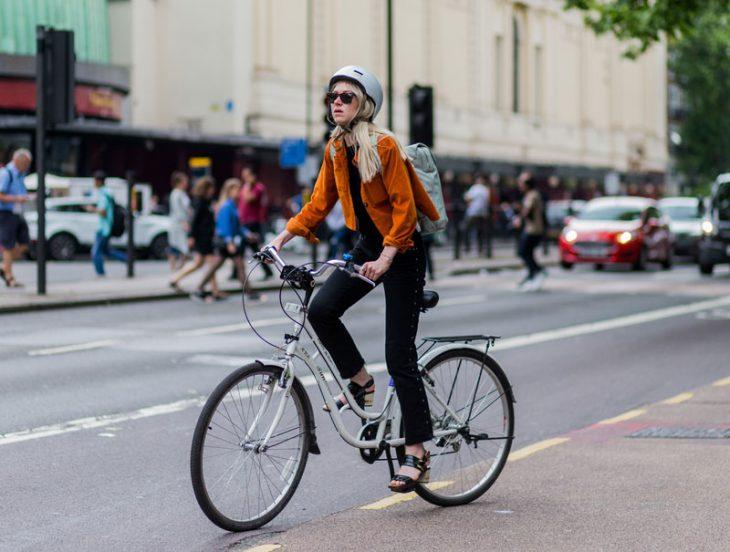 chica en bicicleta y con tacones