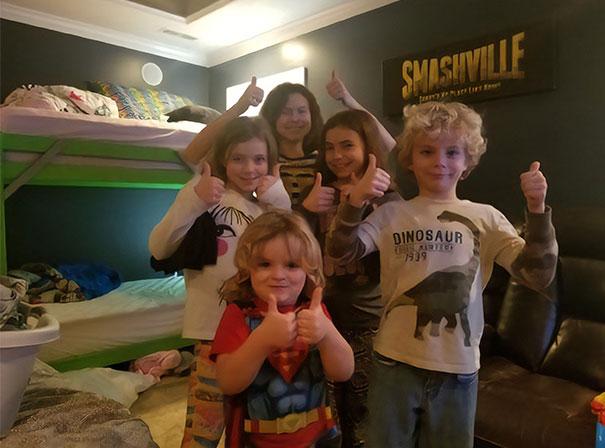 niños levantando los pulgares