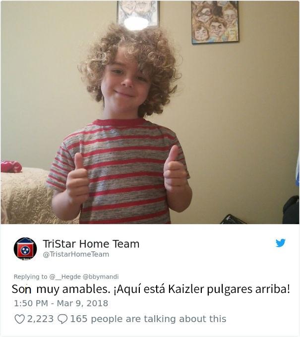 niño usando una camiseta a rayas