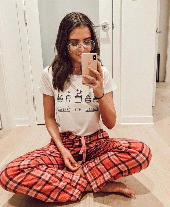 Chica usando una pijama de cuadros