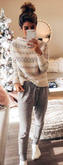 Chica usando una pijama grsi con blanca en el invierno