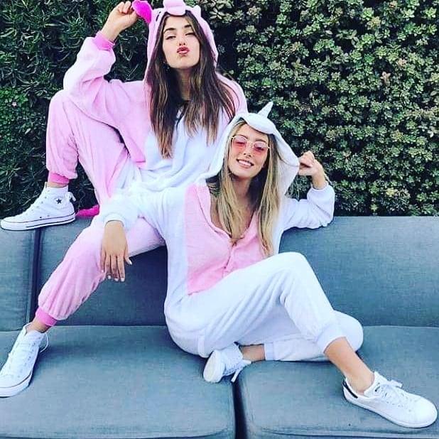 Chicas usando pijamas de unicornios