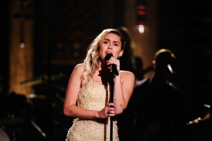 Miley Cyrus cantando