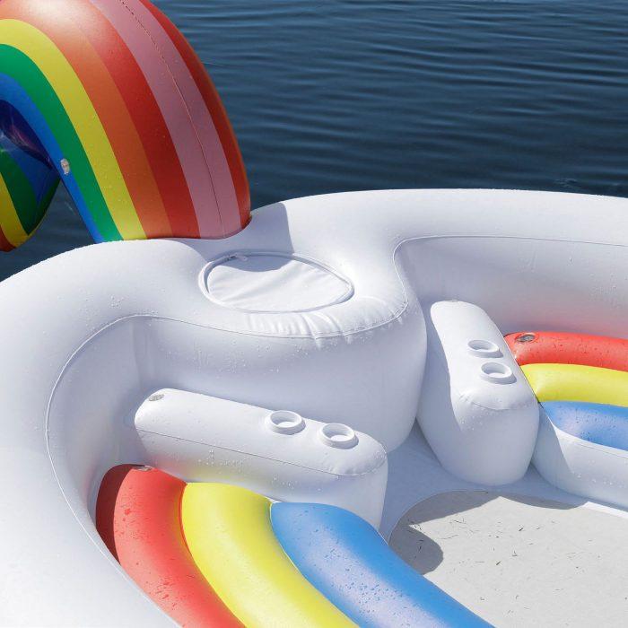Portavasos de un flotador gigante en forma de unicornio